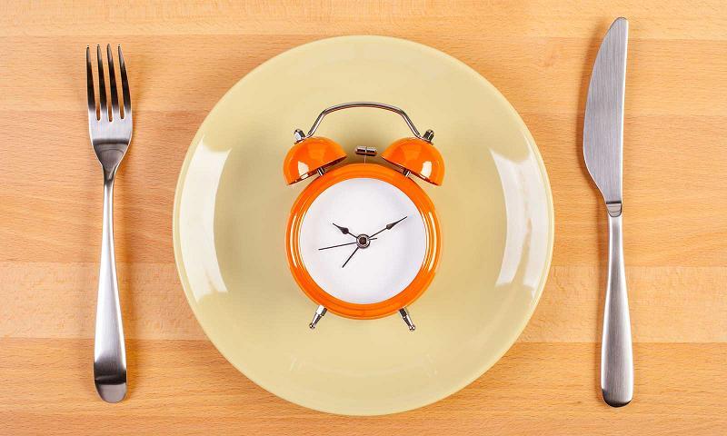 Пустая тарелка с часами