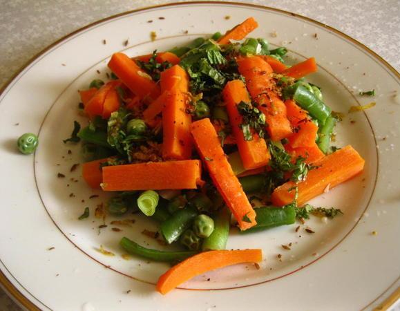 Теплый салат с чесночной заправкой