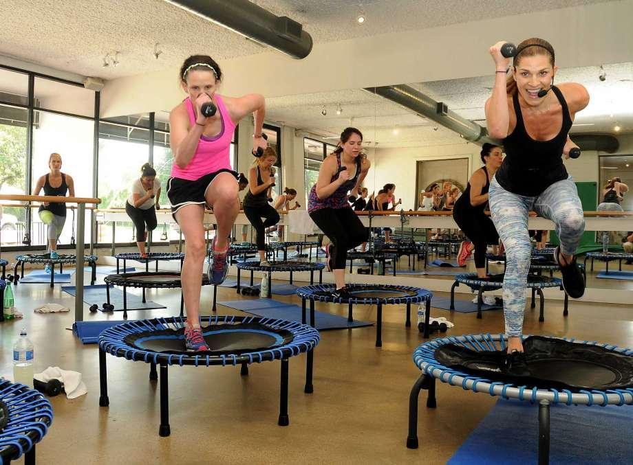 Польза прыжков на батуте Прыжки на батуте: веселый способ похудеть Улучшается форма ягодиц и ног, мышцы становятся более эластичными и крепкими. Клетки насыщаются кислородом, улучшается кровообращение, исчезает целлюлит. Тренировки способствуют выведению шлаков и токсинов, активизируют движение лимфы. Прыжки способствуют укреплению сердечно-сосудистой системы. Улучшается реакция и координация. Выделяемый адреналин и гормоны счастья надолго заряжают позитивом и энергией. Занятия на батуте для похудения оказывают еще и омолаживающий эффект. Регулярные тренировки помогают избавиться от мешков под глазами, морщин, тонизируют кожу. Противопоказания для занятий Тренировки на батуте не имею возрастных ограничений – дети от четырех лет могут проводить на нем время, пока не растратят всю энергию. Но интенсивные прыжки на батуте для похудения дают сильную нагрузку на весь организм, поэтому стоит проанализировать состояние своего здоровья перед тем, как начинать курс похудения. Обязательно поговорите с врачом, если у вас были или есть проблемы со здоровьем. Речь идет о переломах, повреждениях внутренних органов, черепно-мозговые травмах, болезнях сердца или головного мозга. Стоит знать, что после первых тренировок могут быть боли в спине, коленях, шее, даже локтях. Дискомфорт пройдет, когда вы освоитесь. В связи с этим важно наращивать нагрузку постепенно.